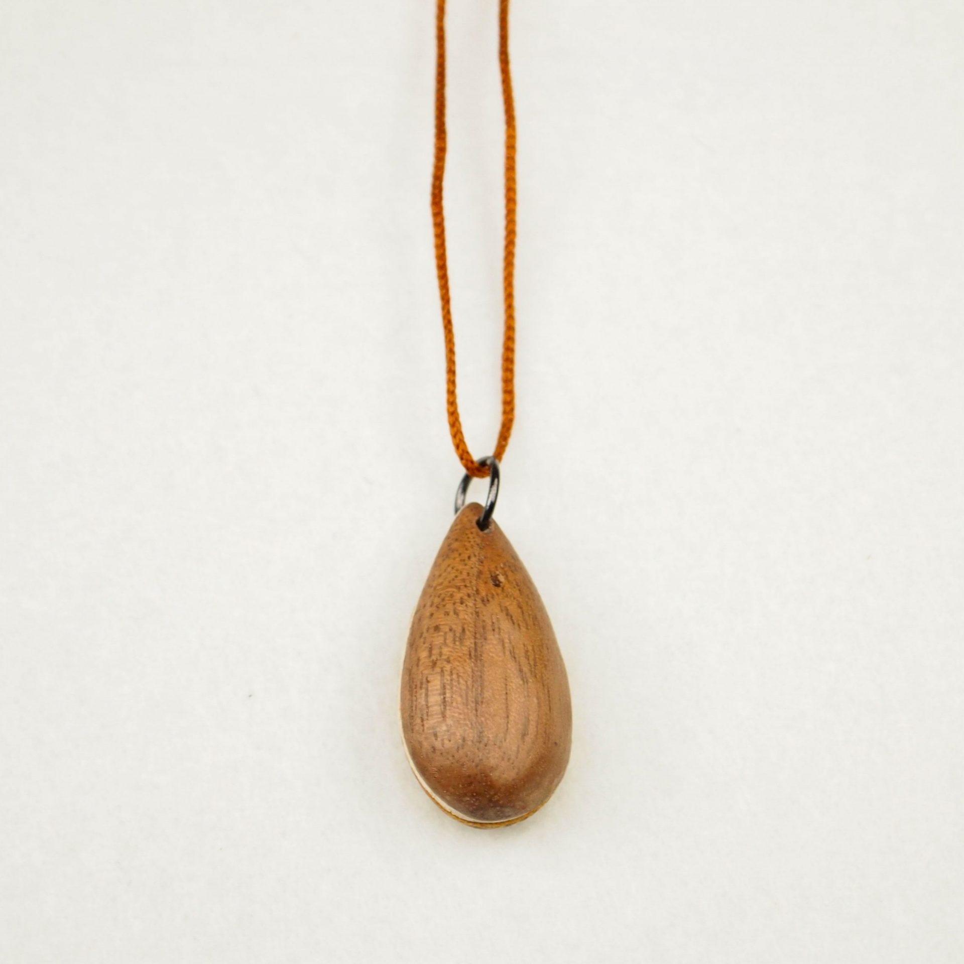 木のネックレス しずく